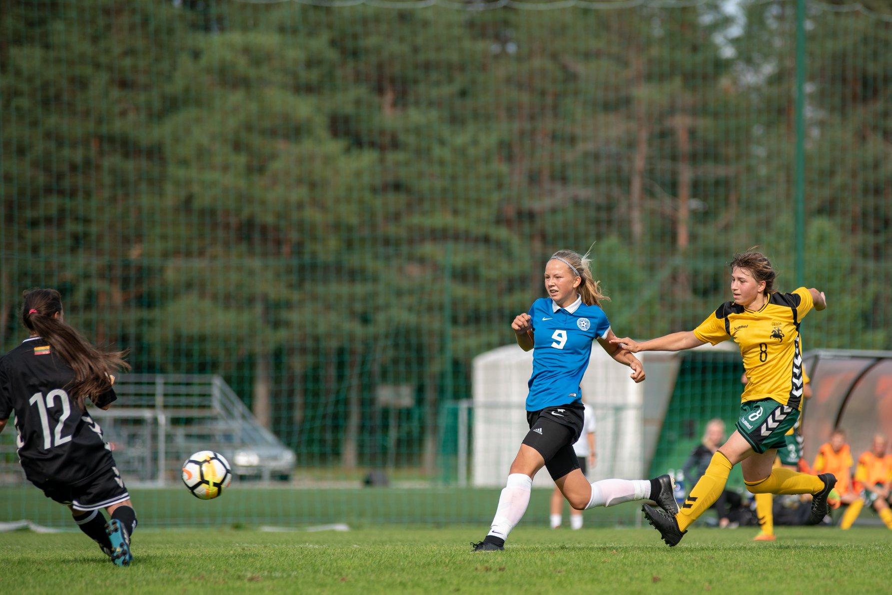 Kristina Teern on kaitsjal eest ära jooksnud. jalgpall.ee
